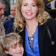 NLD/Amsterdam/20120401 - Premiere de Lorax, Helga van Leur met haar zoontje