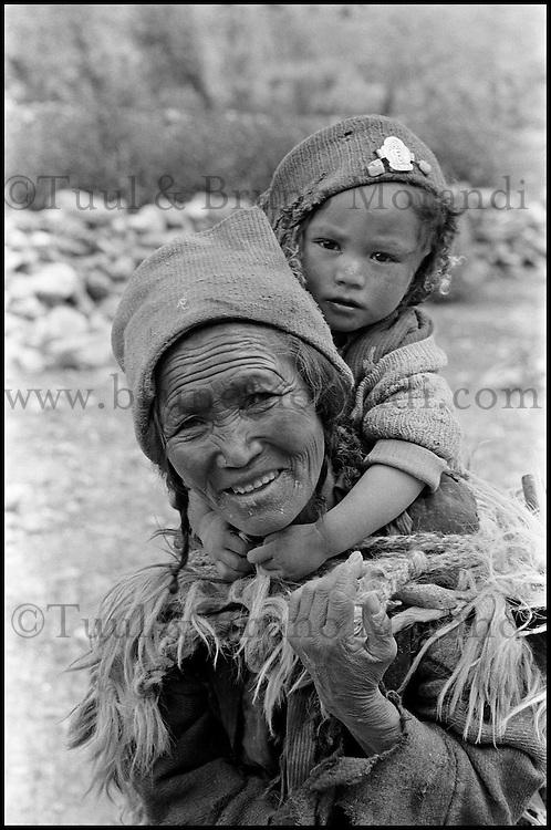 Inde. Province du Jammu Cachemire. Ladakh. Femme avec son enfant. // India. Jamu and Kashmir province. Woman with child.
