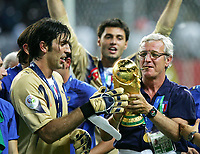 Fotball<br /> VM 2006<br /> Finale<br /> Frankrike v Italia<br /> 09.07.2006<br /> Foto: Witters/Digitalsport<br /> NORWAY ONLY<br /> <br /> v.l. Torwart Gianluigi Buffon, Trainer Marcello Lippi mit WM Pokal Italien Weltmeister 2006<br /> Fussball WM 2006 Finale Italien - Frankreich 6:5 n.E.