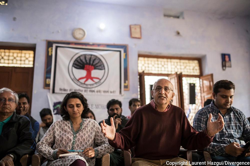 27022019. INDE. BIHAR. La caravane de la paix Karwan-e-Mohabbat. Harsh Minder, à l'origine de Karwan-e-Mohabbat (la caravane de l'amour), leader du collectif. ARARIA. Conférence de presse de Karwan pour raconter les cas de violences et les récits qu'ils ont recolté dans le Bihar. Natasha Badwhar, documentariste et auteure.