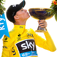 Frankrijk, Paris, 26-07-2015.<br /> Wielrennen, Tour de France.<br /> Etappe van Sevres naar Paris<br /> Chris Froome, van Sky ploeg, tijdens de huldiging als Tour winnaar 2015.op de Champs-Elysees.<br /> Foto: Klaas Jan van der Weij