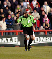 Photo: Leigh Quinnell.<br /> Brentford v Swansea City. Coca Cola League 1.<br /> 26/12/2005. Referee T.Parkes asks the players to listen.