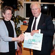 Nieuwjaarsreceptie gemeente Huizen, overhandiging cheque gemeente wethouder Westland aan Mw. Meijer Speelotheek Huizen