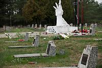 25.09.2015 Milejczyce woj podlaskie Nieznani sprawcy uszkodzili w nocy 23/24.09.2015 ponad 50 plyt nagrobnych na miejscowym cmentarzu zolnierzy radzieckich . Rozbite zostaly umieszczane na kazdym z pomnikow czerwone gwiazdy . Na cmentarzu w Milejczycach pochowanych jest 1600 zolnierzy Armii Radzieckiej , ktorzy walczyli tu w czasie II wojny swiatowej n/z zniszczone nagrobki fot Michal Kosc / AGENCJA WSCHOD