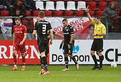 29-11-2015 NED: FC Utrecht - Heracles Almelo, Utrecht<br /> FC Utrecht heeft in een bijzonder spectaculair duel afgerekend met Heracles Almelo. Met tien man vocht het elftal zich terug en won het uiteindelijk met 4-2 / Kevin Conboy #24 krijgt rood van scheidsrechter Jochem Kamphuis