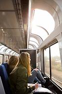 Oavsett vilken typ av biljett passageraren har så kan man sätta sig i vagnen med de stora fönstrena för att njua av utsikten.<br /> <br /> Foto: Christina Sjögren