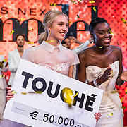 NLD/Amsterdam/20161025 - finale Holland Next Top model 2016, winnares Akke Marije Marinus en model Colette Kanza