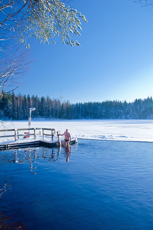 The opera singer Eugen Antoni practises ice swimming in Finland. He claims that his lungs are healthier because of ice swimming.