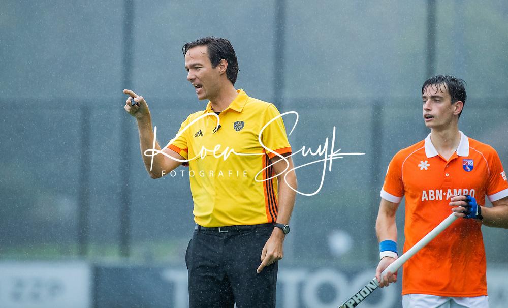 BLOEMENDAAL  - scheidsrechter Michiel Otten met rechts Tim Swaen (Bldaal) tijdens de hoofdklasse competitiewedstrijd mannen, Bloemendaal-HGC (4-0) . COPYRIGHT KOEN SUYK