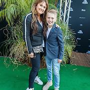 NLD/Amsterdam/20150610 -Premiere film Jurassic World 3D Imax, Laura Vlasblom en zoon Sem
