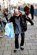 Een dakloze loopt over het Rokin in Amsterdam / A homeless man walking in the centre of Amsterdam (Rokin)