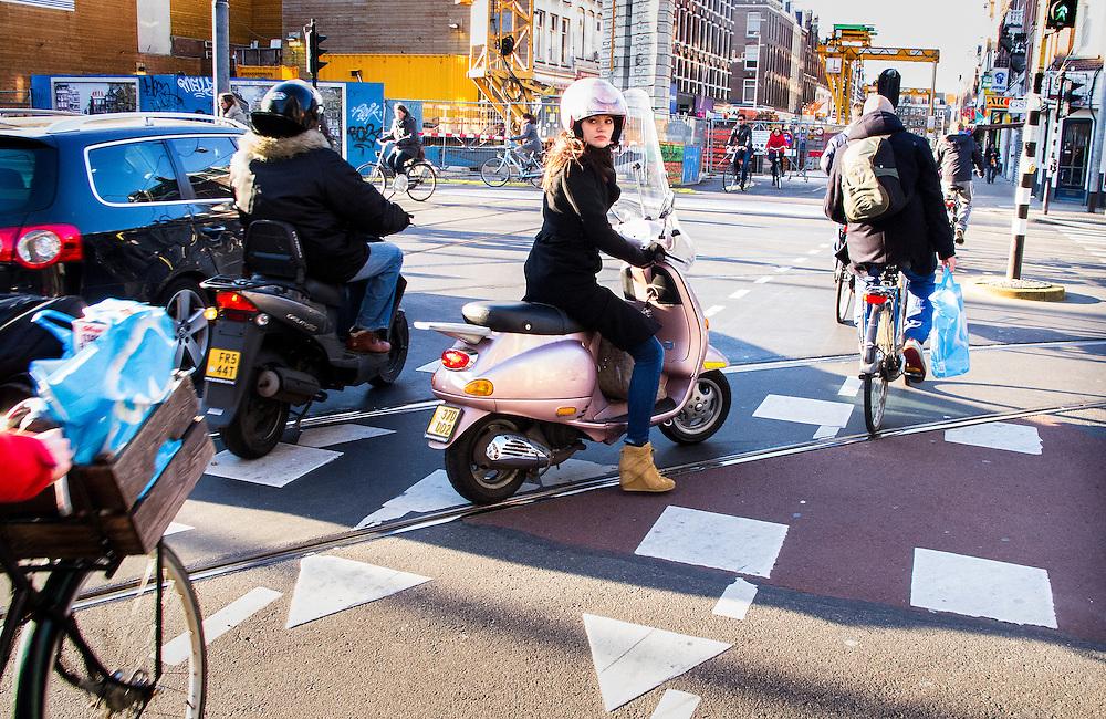 Nederland, Amsterdam, 2 april 2013.Stadsverkeer in tegenlicht. Scooter op kruising.Foto(c): Michiel Wijnbergh