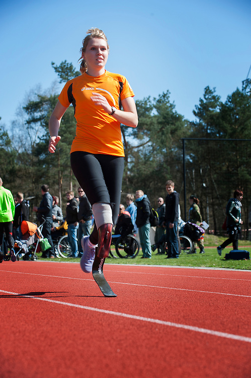 Nederland, Doorn, 20 april 2013<br /> Het Militair Revalidatie Centrum (MRC) organiseerde een prothese sportdag met clinics door olympische sporters voor mensen met een prothese. De sportdag vond plaats in de Van Braam Houckgeestkazerne in Doorn onder het motto 'Sporten met een prothese: gewoon doen' <br /> Foto(c): Michiel Wijnbergh