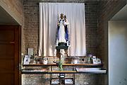 Nederland, Wijchen, 7-8-2020  In het portaal van de Antonius abt kerk is een mariakapel waar mensen  kunnen bezinnen en een kaarsje kunnen aansteken .Foto: ANP/ Hollandse Hoogte/ Flip Franssen