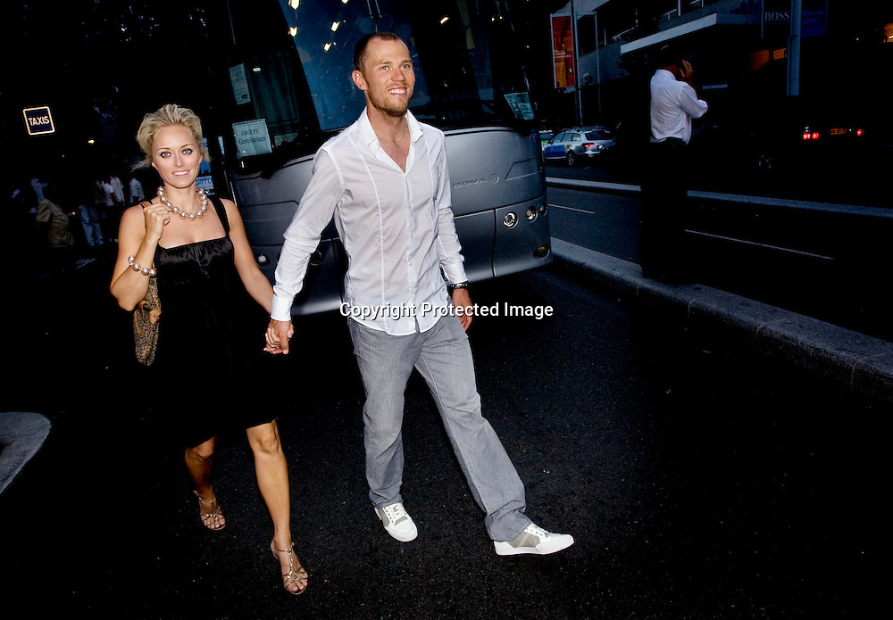 Paris, 20080727: Thor Hushovd sammen med kona Susanne Haaheim, på vei til lagets avsluttningsfest etter den siste etappen i Tour de France.....Foto: Daniel Sannum Lauten/Dagbladet