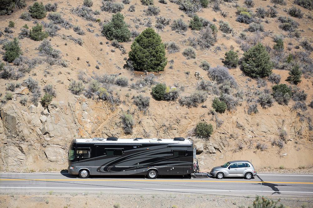 In Austin (Nevada) sleept een motorhome een personenauto achter zich aan.<br /> <br /> In Austin (Nevada) a motorhome is towing a passenger car.