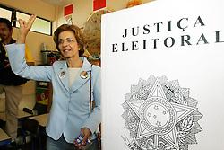 A candidata ao governo do Estado do RS, Yeda Crusius durante sua votação na zona 113, seção 89 na escola Leopoldo Tietbol, em Porto Alegre, neste domingo 1 de outubro de 2006. FOTO: JEFFERSON BERNARDES/PREVIEW.COM