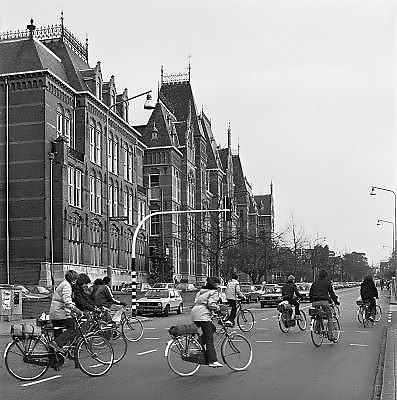 Nederland, Nijmegen, 1-10-1980Het Canisius College aan de Berg en Dalseweg. Het was een middelbare school, HBS, Gymnasium en later VWO, Atheneum, en tevens klooster voor de paters die er onderwijs gaven. Het was van de Jezuietenorde.Tot in de zestiger jaren zaten er ook leerlingen intern.  Gebouwd eind 19e eeuw.Vandaag, 12-4-2010, werd bekend dat een pater van het Canisius College in Nijmegen zich in de jaren zeventig en tachtig vergrepen heeft aan zeker vijftien jongetjes. Hij misbruikte hen op school en bij de zeeverkenners.Foto: Flip Franssen/Hollandse Hoogte