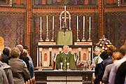 Aartsbisschop Joris Vercammen geeft de zegen voor de commune. Op zondag 31 oktober is in de Getrudiskathedraal in Utrecht  Annemieke Duurkoop als eerste vrouwelijke plebaan van Nederland geïnstalleerd. Duurkoop wordt de nieuwe pastoor van de Utrechtse parochie van de Oud-Katholieke Kerk (OKK), deze kerk heeft geen band met het Vaticaan. Een plebaan is een pastoor van een kathedrale kerk, die eindverantwoordelijk is voor een parochie. Eerder waren bij de OKK al twee vrouwelijk priesters geïnstalleerd, maar die zijn geen plebaan.<br /> <br /> Archbishop Joris Vercammen is giving the blessings for the sacrament. At the St Getrudiscathedral in Utrecht the first female dean of the Old-Catholic Church (OKK), Annemieke Duurkoop, is installed together with a new pastor Bernd Wallet. The church has no connections with the Vatican.