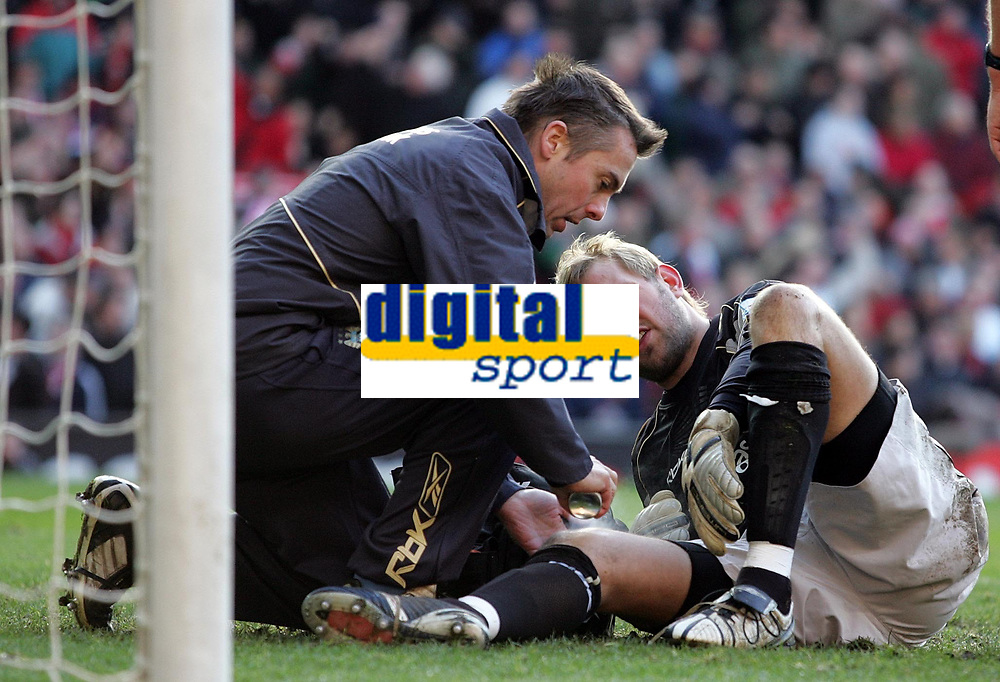 Photo: Paul Thomas.<br /> Manchester United v Manchester City. The Barclays Premiership. 09/12/2006.<br /> <br /> Nicky Weaver of Man City gets treatment after the louis Saha goal. He goes off at half time
