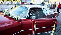 Grabowka, woj. podlaskie, 06.10.2018. Slub syna mega gwiazdy disco polo Zenka Martyniuka 28-letniego Daniela z Ewelina Golczynska odbyl sie w kosciele pw Krzyza Swietego. Na weselu mialo byc 250 gosci; N/z pan mlody Daniel Martyniuk za kierownica weselnego samochodu fot Michal Kosc / AGENCJA WSCHOD