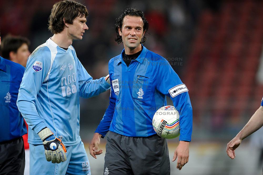 14-04-2010 VOETBAL: FC UTRECHT - FC GRONINGEN: UTRECHT<br /> Scheidsrechter Nijhuis en Brian van Loo<br /> ©2010-WWW.FOTOHOOGENDOORN.NL