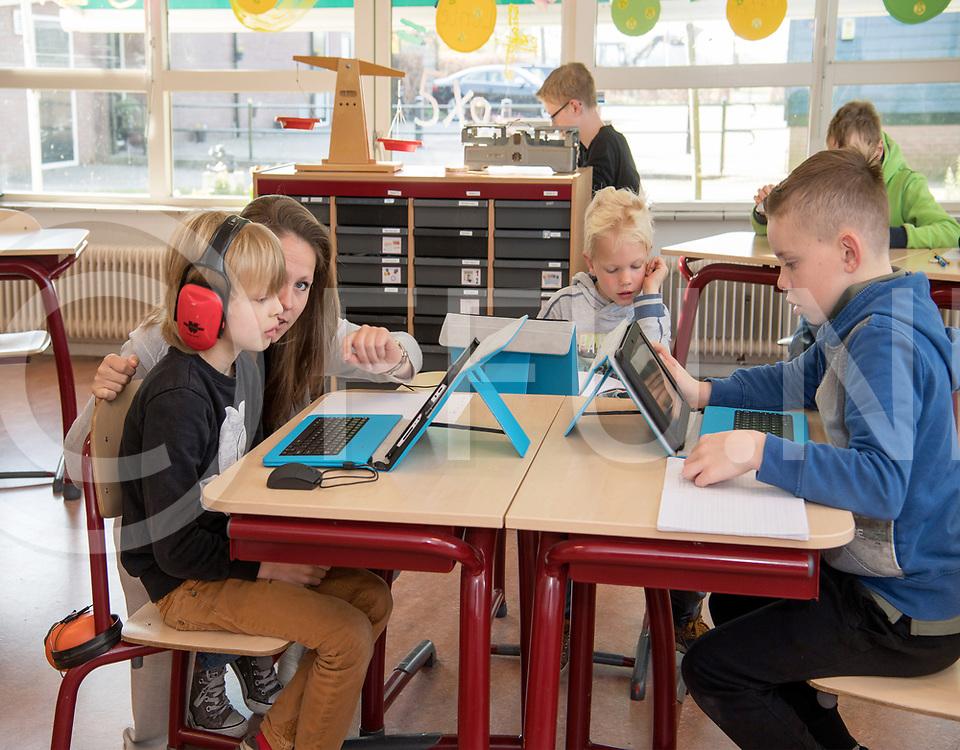 VINKENBUURT - Kleine scholen.<br /> Foto: Alle leerlingen van de school zitten in een lokaal.<br /> Chantalle Caenen geeft les.<br /> FFU PRESS AGENCY COPYRIGHT FRANK UIJLENBROEK