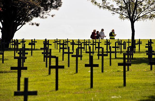 Frankrijk, Neuville-Saint Vaast, 12-5-2013De begraafplaats van Maison Blanche, de grootste Duitse militaire begraafplaats in Frankrijk, verzamelt de overblijfselen van 44.833 soldaten, waarvan 8.040 niet geïdentificeerde lichamen verenigd in een massagraf, voorheen begraven op kleine begraafplaatsen in meer dan 110 gemeentes langs het front in de Pas-de-Calais. Het merendeel van deze soldaten is gesneuveld tijdens zware gevechten in de Artois: op de hoogtes van Lorette (1914-1915) en de heuvelrug van Vimy (1917-1918). Serie over de slagvelden aan de Somme in noord frankrijk, de artois en picardie. Het slagveld bevindt zich ruwweg in de driehoek gevormd door de Franse steden Albert, Bapaume en Péronne. In dit gebied zijn heden ten dage vele herinneringen aan de slag te vinden. Naast vele goed onderhouden begraafplaatsen, met herinneringen aan honderdduizenden soldaten van alle betrokken nationaliteiten, monumenten en musea in pozieres, Souchez,la Targette, Thiepval,Vimy, Arras, Beaumont Hamel, La Chapelle en Ovillers.Foto: Flip Franssen/Hollandse Hoogte
