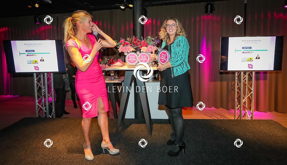 NAARDEN - Voor de eerste keer zijn de Food Blog Awards uitgereikt. Met hier op de foto Beste Blog Design Betty's Kitchen – Bettina Drost. FOTO LEVIN EN PAULA PHOTOGRAPHY VOF