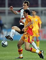 Fotball<br /> Privatlandskamp<br /> Tyskland v Romania<br /> 28. april 2004<br /> Foto: Digitalsport<br /> NORWAY ONLY<br /> Dietmar Hamann, Mihaita Plesan. Romania