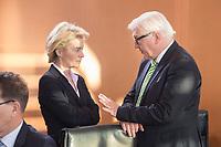 14 JAN 2014, BERLIN/GERMANY:<br /> Ursula von der Leyen (L), CDU, Bundesverteidigungsministerin, und Frank-Walter Steinmeier (R), SPD, Bundesaussenminister, im Gespraech, vor Beginn der Kabinettsitzung, Bundeskanzleramt<br /> IMAGE: 20150114-01-022<br /> KEYWORDS: Sitzung, Kabinett, Gespräch