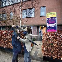 Nederland, Almere , 11 februari 2011..De familie Euferink Verhoeven bij het verlaten van hun woning aan de Vondelstraat..Hun huis staat te koop. Tegelijkertijd hebben ze al een nieuwe woning gekocht....Foto:Jean-Pierre Jans