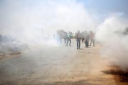 07.08.2015, Ramallah, PSE, Nahostkonflikt zwischen Israel und Palästina, im Bild Ausschreitungen zwischen Israelischen Sicherheitskräfte und Palästinensischen Autonomen // Palestinian protesters hurl stones at Israeli troops during clashes following a protest against Jewish settlements and the expropriation of Palestinian land, Palestine on 2015/08/07. EXPA Pictures © 2015, PhotoCredit: EXPA/ APAimages/ Shadi Hatem<br /> <br /> *****ATTENTION - for AUT, GER, SUI, ITA, POL, CRO, SRB only*****