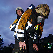 Brand in woning met rieten kap Groene Gerritsweg 17 Laren.luchtflessen, zuurstofflessen, verwisselen, waterstraal, blussen, vuil, masker, uniform,