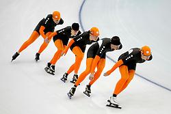 12-02-2010 SCHAATSEN: OLYMPISCHE SPELEN: TRAINING: VANCOUVER<br /> In de vroege ochtend werd de training afgewerkt / Nederland in actie met oa. Sven Kramer<br /> ©2010-WWW.FOTOHOOGENDOORN.NL