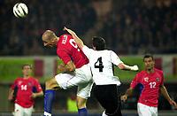 Fotball<br /> Kvalifisering til EM 2004<br /> 11.10.2003<br /> Østerrike v Tsjekkia<br /> Foto: Digitalsport<br /> Norway Only<br /> <br /> Jan Koller (CZE) -Martin Hiden (AUT) - Vratislav Lokvenc (CZE)