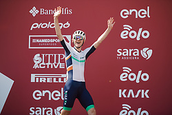 Lizzy Banks (GBR) waves to the empty arena at Strade Bianche - Elite Women 2020, a 136 km road race starting and finishing in Siena, Italy on August 1, 2020. Photo by Sean Robinson/velofocus.com
