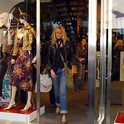 Lionel Richie winkelend in Dolce & Gabanna winkel PC Hoofdstraat Amsterdam met vriendin Kathy ten Boer
