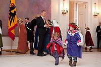 06 JAN 2012, BERLIN/GERMANY:<br /> Christian Wulff (M), Bundespraesident, beantwortet noch die Frage eines Journalisten, waehrend sich die Sternsinger auf den Weg zur Schlossbesichtigung machen, Sternsingerempfang der 54. Aktion Dreikoenigssingen 2012, Grosser Saal, Schloss Bellevue<br /> IMAGE: 20120106-01-047<br /> KEYWORDS: Sternsinger, Heilige drei Könige, Heilige drei Koenige, Dreikönigssingen