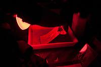 """16.02.2013 Bialystok Warsztaty fotografii technika mokrego kolodionu prowadzone w Muzeum Wojska przez bialostockiego fotografa Andrzeja Gorskiego, ktory wymyslil projekt """"Powstanie Styczniowe - fotografie na kolodionie"""" . Przy pomocy tej XIX w techniki fotograficznej uwiecznial miejsca bitew i potyczek z okresu Powstania a takze grupy rekonstrukcji historycznych z tego okresu. Na swoj projekt dostal stypendium Ministra Kultury N/z wywolywanie odbitki fotograficznej z negatywu szklanego fot Michal Kosc / AGENCJA WSCHOD"""