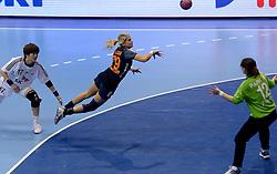 08-12-2013 HANDBAL: WERELD KAMPIOENSCHAP ZUID KOREA - NEDERLAND: BELGRADO <br /> 21st Women s Handball World Championship Belgrade / Estavana Polman prbeert met een boogballetje te scoren<br /> ©2013-WWW.FOTOHOOGENDOORN.NL