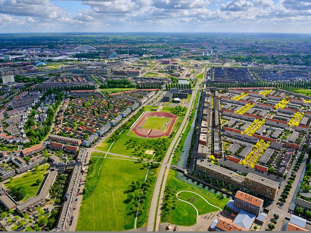 Nederland, Utrecht, Utrecht; 14–05-2020; stadsdeel Leidsche Rijn, Parkwijk / Hoge Weide. Amaliapark met Leidsche Rijncollege. Foto richting Utrecht centrum.<br /> Leidsche Rijn district.<br /> <br /> luchtfoto (toeslag op standaard tarieven);<br /> aerial photo (additional fee required)<br /> copyright © 2020 foto/photo Siebe Swart