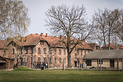 THEMENBILD - Das Stammlager Auschwitz I gehörte neben dem Vernichtungslager KZ Auschwitz II–Birkenau und dem KZ Auschwitz III–Monowitz zum Lagerkomplex Auschwitz und war eines der größten deutschen Konzentrationslager. Es befand sich zwischen Mai 1940 und Januar 1945 nach der Besetzung Polens im annektierten polnischen Gebiet des nun deutsch benannten Landkreises Bielitz am südwestlichen Rand der ebenfalls umbenannten Kleinstadt Auschwitz (polnisch Oświęcim). Teile des Lagers sind heute staatliches polnisches Museum bzw. Gedenkstätte. Im Bild der Eingang des Lagers, aufgenommen am 11.04.2018, Oswiecim, Polen // Auschwitz concentration camp was a network of concentration and extermination camps built and operated by Nazi Germany in occupied Poland during World War II. It consisted of Auschwitz I (the original concentration camp), Auschwitz II–Birkenau (a combination concentration/extermination camp), Auschwitz III–Monowitz (a labor camp to staff an IG Farben factory), and 45 satellite camps. Concentration camp Auschwitz I, Oswiecim, Poland on 2018/04/11. EXPA Pictures © 2018, PhotoCredit: EXPA/ Florian Schroetter