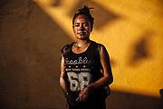 Una joven a quien mancharon de color en su cuerpo y ropa durante los encuentros con los Pintados que salen a las calles a bailar durante el carnaval de San Nicolás de los Ranchos.