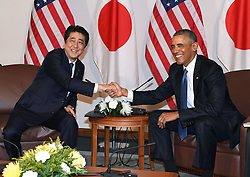 US-Präsident Barack Obama und Japans Premier Shinzo Abe beim Gedenken an die Opfer des japanischen Angriffs auf Pearl Harbor vor 75 Jahren / 271216<br /> <br /> <br /> <br /> ***Japanese Prime Minister Shinzo Abe (L) and U.S. President Barack Obama hold their last summit meeting in Hawaii on Dec. 27, 2016, before Obama leaves office in January. They also visited Pearl Harbor together to commemorate those who died in the Japanese surprise attack in 1941.<br /> ***