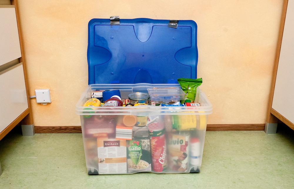 Plastikkiste mit Lebensmitteln gefüllt