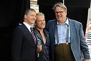 Setbezoek van het  tweede seizoen Dokter Tinus waar de opnamen in Woudrichem plaats vinden.<br /> <br /> Op de foto:  Jack Wouterse , Reinout Bussemaker en Thom Hoffman