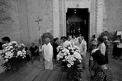 I parroci e i fedeli si accingono ad uscire dalla chiesa e si preparano all'uscita della Madonna del Carmine che sarà portata in processione verso la chiesa matrice. La foto è stata scattata a Mesagne il 15-07-10.