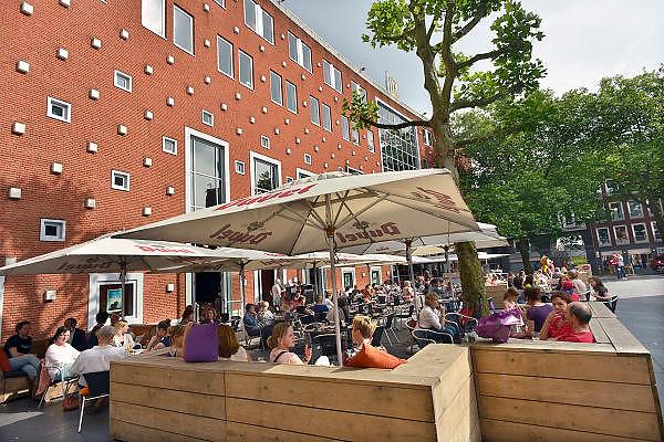 Nederland, Nijmegen, 31-5-2014 Mensen zitten in de zon op een zonnige dag op een terras op het Marienburgplein bij filmhuis LUX, het centrum van de stad. Foto: Flip Franssen/Hollandse Hoogte