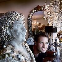 Nederland, Amsterdam , 29 augustus 2011..Nils van Alphen, kunstenaar van objecten met schelpen tussen zijn creaties in galerie Shellman op de Overtoom..Foto:Jean-Pierre Jans